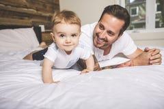 Portrait d'un père avec ses neuf mois de bébé Image stock