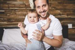 Portrait d'un père avec ses neuf mois de bébé Image libre de droits