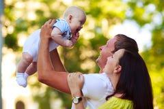 Portrait d'un père, d'une mère et d'un bébé Photographie stock