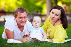 Portrait d'un père, d'une mère et d'un bébé Photos stock