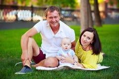 Portrait d'un père, d'une mère et d'un bébé Photographie stock libre de droits
