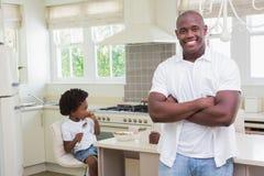Portrait d'un père et d'un fils mangeant le petit déjeuner Photos libres de droits