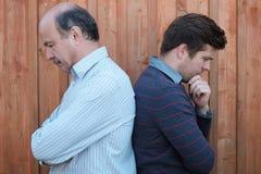 Portrait d'un père et d'un fils pluss âgé dans la querelle Photographie stock libre de droits