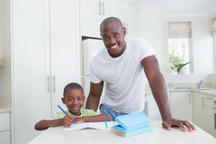 Portrait d'un père travaillant avec son fils Photographie stock