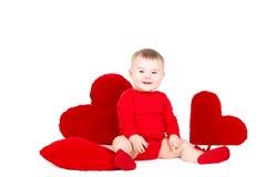 Portrait d'un petit ange adorable mignon de valentine avec le coeur mou rouge d'isolement sur le fond blanc Image stock
