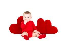 Portrait d'un petit ange adorable mignon de valentine avec le coeur mou rouge d'isolement sur le fond blanc Photo libre de droits