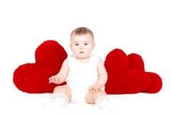 Portrait d'un petit ange adorable mignon de valentine avec le coeur mou rouge d'isolement sur le fond blanc Photographie stock libre de droits