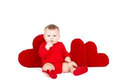 Portrait d'un petit ange adorable mignon de valentine avec le coeur mou rouge d'isolement sur le fond blanc Images libres de droits