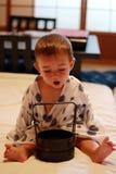 Portrait d'un petit bébé gai portant un yukata traditionnel dans une salle ryokan du ` s dans la ville de Takayama Photos libres de droits