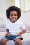 Portrait d'un petit garçon à l'aide du comprimé numérique Photos libres de droits