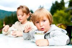 Portrait d'un petit garçon et d'une fille mignons Images libres de droits