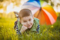 Portrait d'un petit garçon heureux en parc Photographie stock