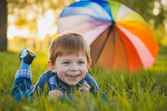 Portrait d'un petit garçon heureux en parc Photo stock