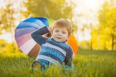 Portrait d'un petit garçon heureux en parc Photos libres de droits