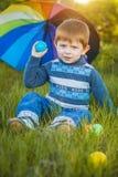 Portrait d'un petit garçon heureux en parc Image stock