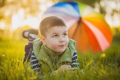 Portrait d'un petit garçon heureux en parc Photographie stock libre de droits