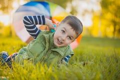 Portrait d'un petit garçon heureux en parc Images stock