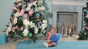 Portrait d'un petit garçon mignon près d'un arbre de Noël décoré clips vidéos