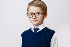 Portrait d'un petit garçon sérieux dans les lunettes et le gilet Photographie stock