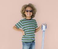 Portrait d'un peu de garçon d'origine africaine avec une guitare d'isolement photo stock