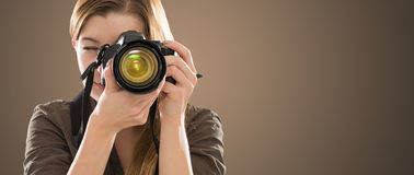 Portrait d'un photographe couvrant son visage d'appareil-photo images libres de droits