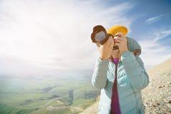 Portrait d'un photographe professionnel en plein air Une photographe de fille prend des photos de son appareil-photo sur son appa image libre de droits
