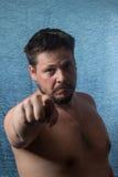 Portrait d'un pointage nu d'homme Photographie stock libre de droits