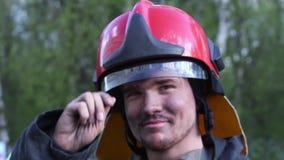 Portrait d'un pompier avec une hache clips vidéos