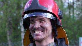 Portrait d'un pompier avec une hache banque de vidéos