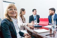 Portrait d'un Président supérieur ou d'un directeur exécutif souriant à l'appareil-photo Images libres de droits