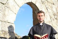 Portrait d'un prêtre chrétien images stock