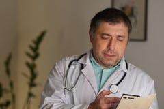 Portrait d'un service de mini-messages de docteur à son téléphone portable photos libres de droits