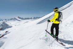 Portrait d'un skieur parasitaire professionnel se tenant sur une pente neigeuse dans la perspective des montagnes couronnées de n images libres de droits