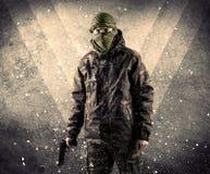 Portrait d'un soldat armé masqué dangereux avec le backgro sale photo libre de droits