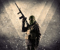 Portrait d'un soldat armé masqué dangereux avec le backgro sale images libres de droits
