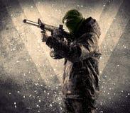 Portrait d'un soldat armé masqué dangereux avec le fond sale photo libre de droits