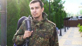 Portrait d'un soldat avec un sac sur son épaule MOIS lent banque de vidéos