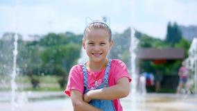 Portrait d'un sourire, fille de huit ans heureuse dans un cercle d'amusement avec des oreilles sur sa tête, ornement de cheveux l banque de vidéos