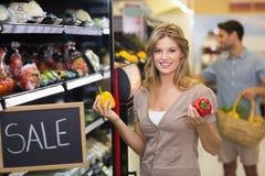 Portrait d'un sourire légumes de achat de femme assez blonde Photo libre de droits