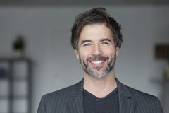 Portrait d'un sourire mûr d'homme Image stock