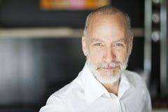 Portrait d'un sourire plus âgé d'homme images stock