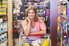 Portrait d'un sourire produits de achat de femme assez blonde Image libre de droits