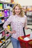 Portrait d'un sourire produits de achat de femme assez blonde photos stock