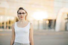 Portrait d'un sourire professionnel de femme d'affaires extérieur Photographie stock libre de droits