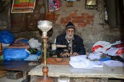 Portrait d'un tailleur dans la rue célèbre de nourriture, Lahore, Pakistan Photographie stock libre de droits