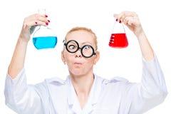 portrait d'un technicien de laboratoire fou avec deux flacons de sous-marins colorés Photographie stock libre de droits