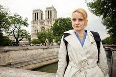 Portrait d'un touriste f?minin sur le fond du Notre c?l?bre Dame de Paris ? Paris image stock