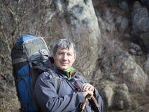 Portrait d'un touriste masculin avec un grand sac à dos sur le backgrou Images stock