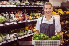 Portrait d'un travailleur blond de sourire tenant des légumes Images libres de droits