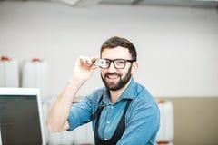Portrait d'un travailleur de sexe masculin à la fabrication d'impression photos stock